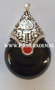 Tibetaans zilveren bedel met zwart howlite steen
