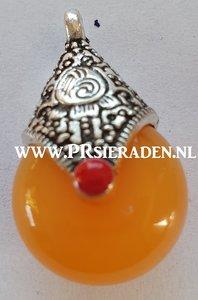 Tibetaans zilveren bedel met oranje howlite steen
