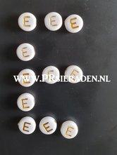 letter-E-acryl-kralen