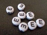 letter-E--acryl-kralen