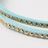 Goudkleurige-studs-op-licht-turquoise-suede-veter